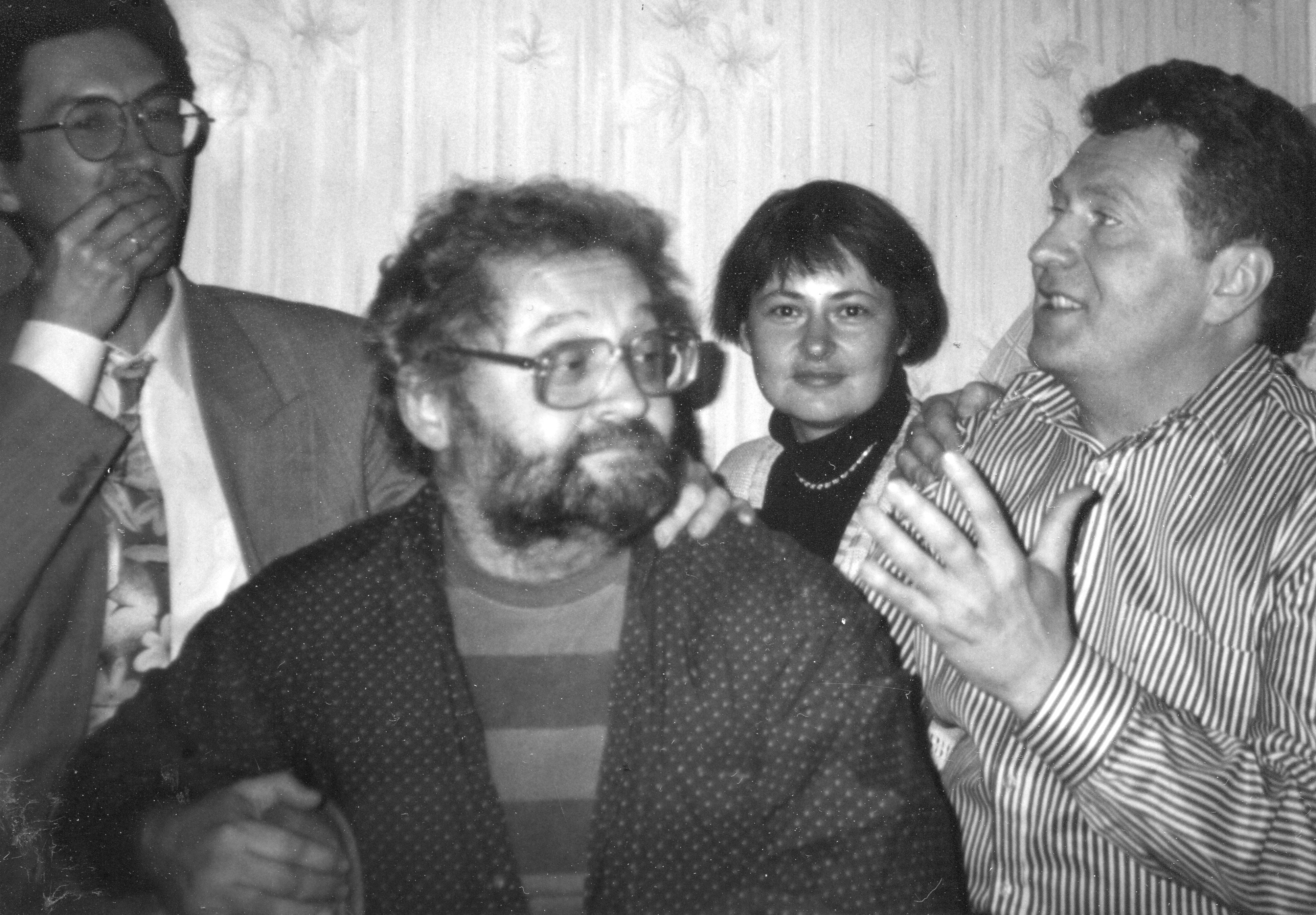 В гостях у автора. Середина 1990-х. Сзади блогер Андрей Мальгин и его жена. Спереди – В. Козловский и В. Жириновский.
