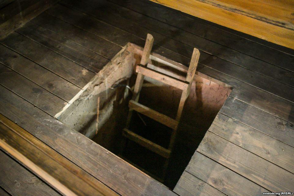 Вход в туннель из барака