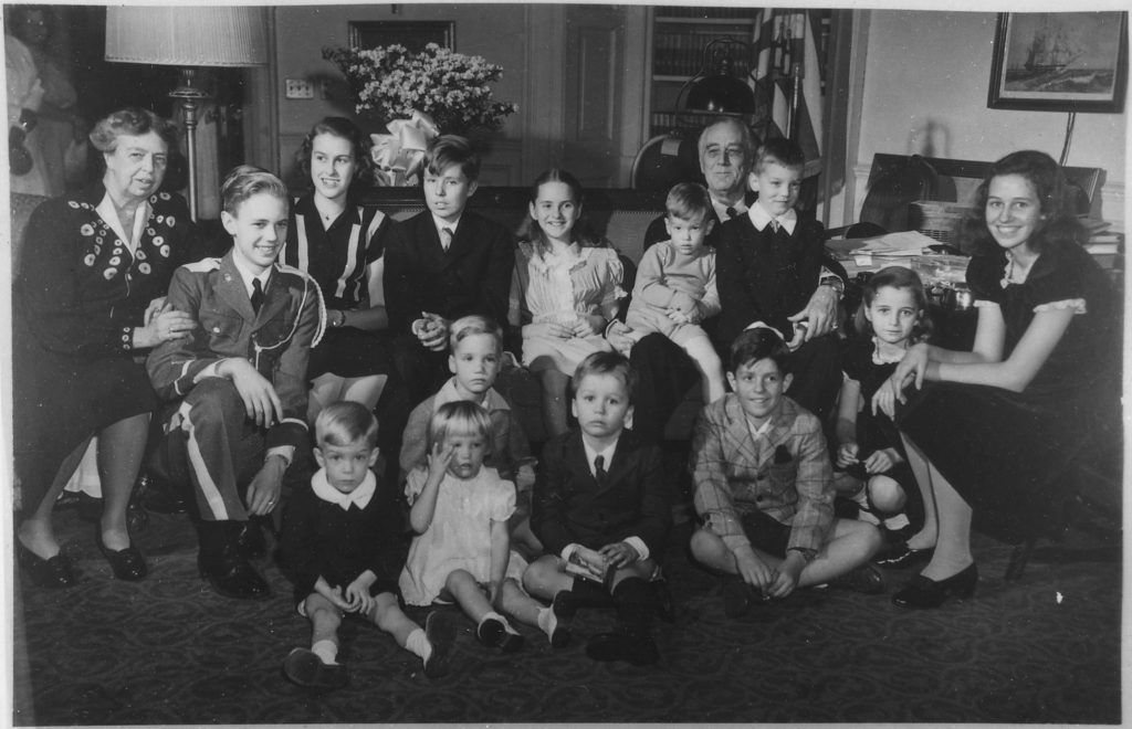 Супруги Рузвельт с детьми и внуками в 1945 г.