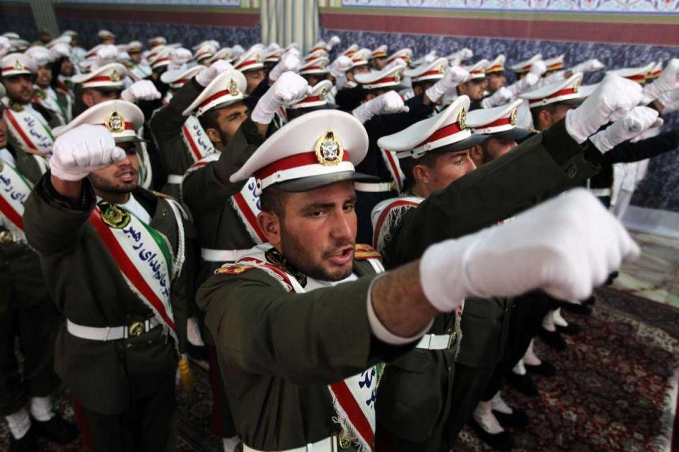 Маршируют иранские военнослужащие