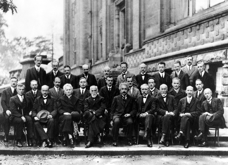 А. Эйнштейн (в центре) и крупнейшие физики мира. 1927 г.