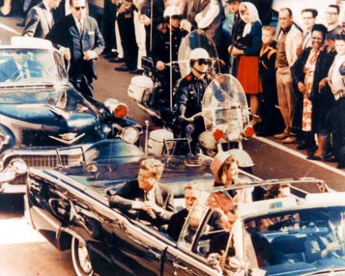Джон и Жаклин Кеннеди в президентском лимузине. Впереди – губернатор Техаса Джон Конелли с супругой. Через несколько минут прозвучат выстрелы.