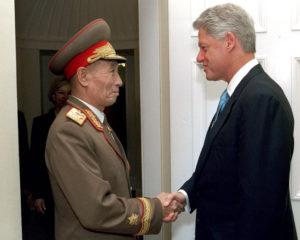 Билл Клинтон с представителем Северной Кореи