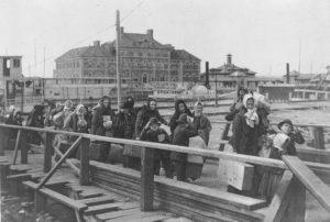 Эмигранты прибывают на Эллис-Айленд. 1902 г.