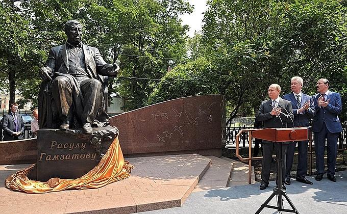 На открытии памятника Расулу Гамзатову в Москве. 2013 г.