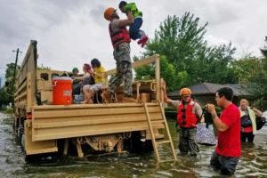Хьюстон. Спасатели эвакуируют жертв наводнения
