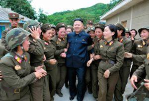 Ким Чен Ын в окружении женщин-военнослужащих