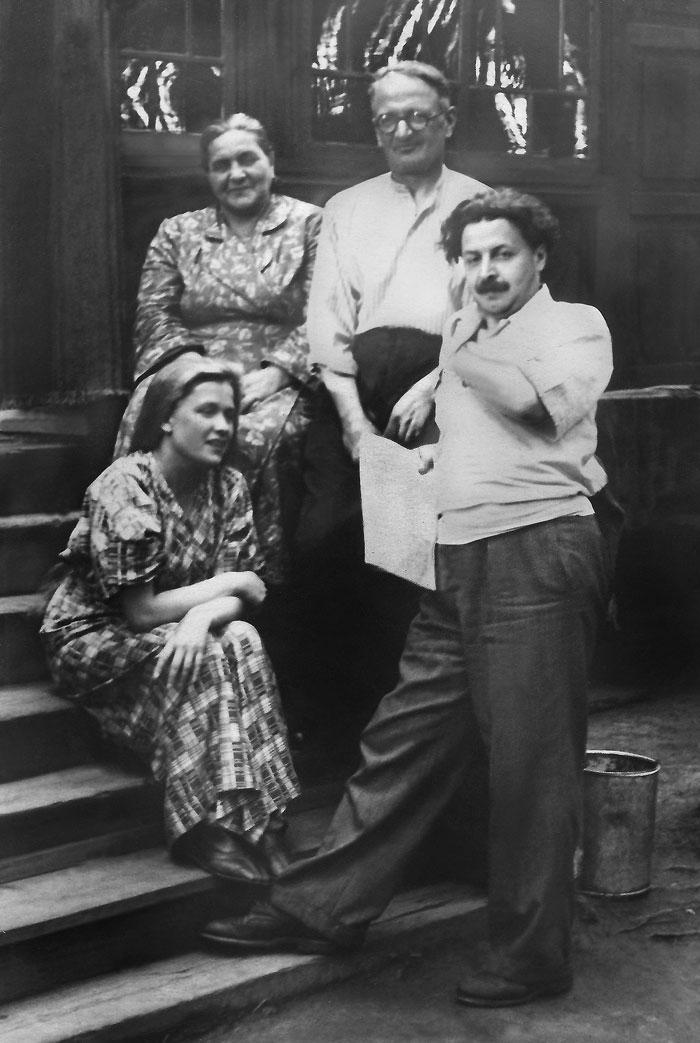 Юрий Левитанский с родителями и женой Мариной. Иркутск, 1950-е гг.