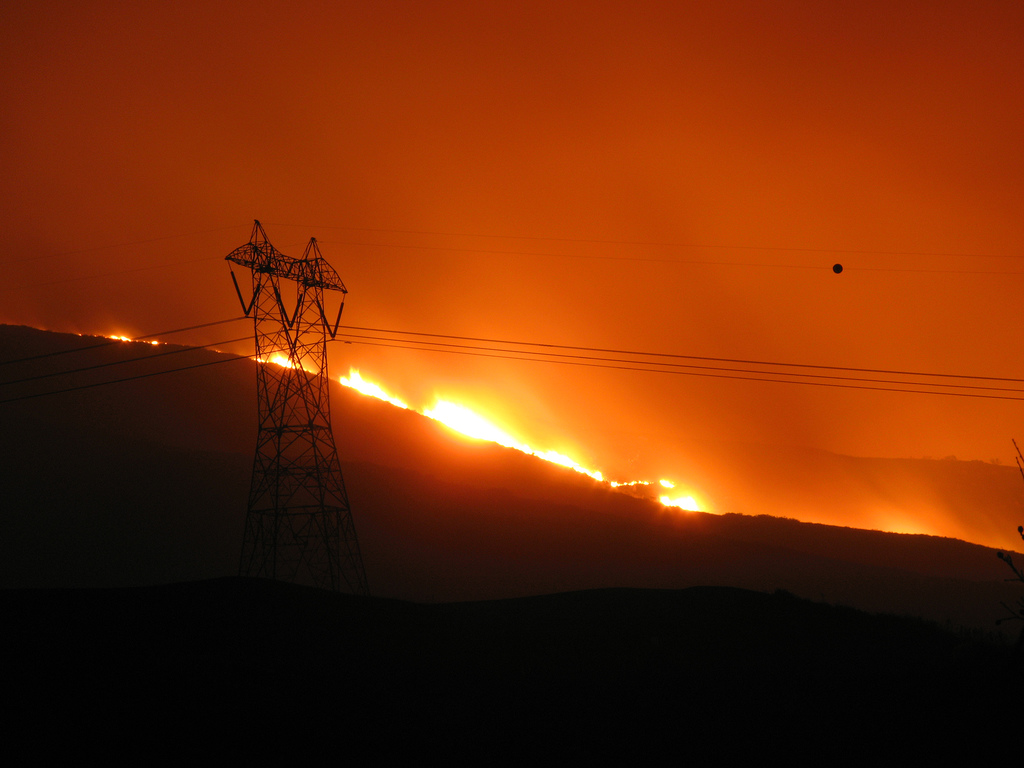 Fire_threatens_utility_lines_SoCal_October_2007
