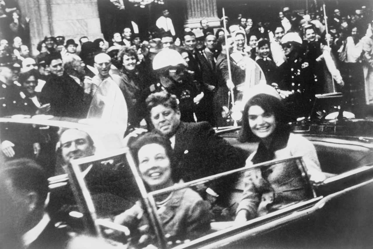 Даллас, штат Техас, 22 ноября 1963 года. До роковых выстрелов в президента Кеннеди остаются считанные минуты... Автор снимка: Victor Hugo King