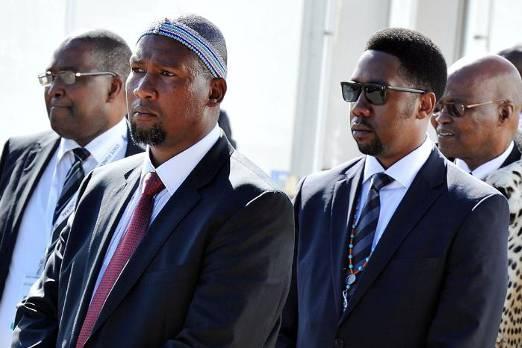 Мандла Мандела (на переднем плане) на похоронах Нельсона Манделы